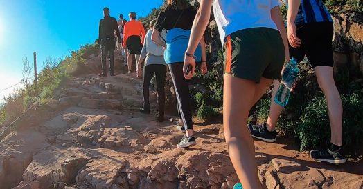 Pessoas subindo a trilha da Lion's Head