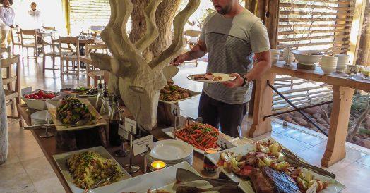 Rafa Servindo o Almoço no Kapama