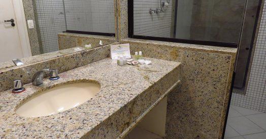 Banheiro principal com pia, vaso e chuveiro