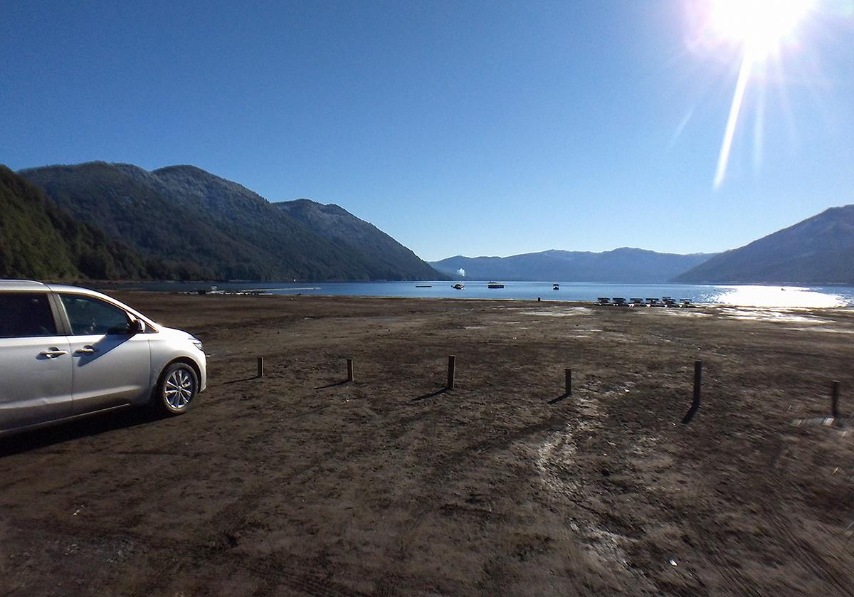 Carro parado na Playa Negra no sul do Chile
