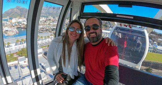 Casal na Cape Wheel tirando selfie