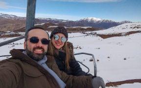 Casal no teleférico em Farellones