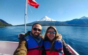 Casal no passeio de barco pelo lago