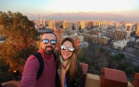 Casal no topo do Cerro Santa Lucia em Santiago