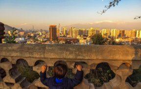 Criança vendo o pôr do Sol no Cerro Santa Lucia