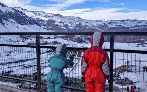 Crianças curiosas olhando o Parque de Farellones