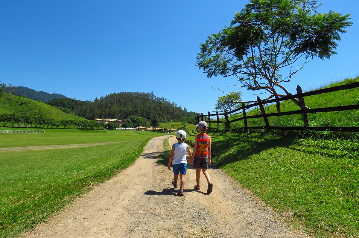 Meninos explorando a Fazenda Ribeirão