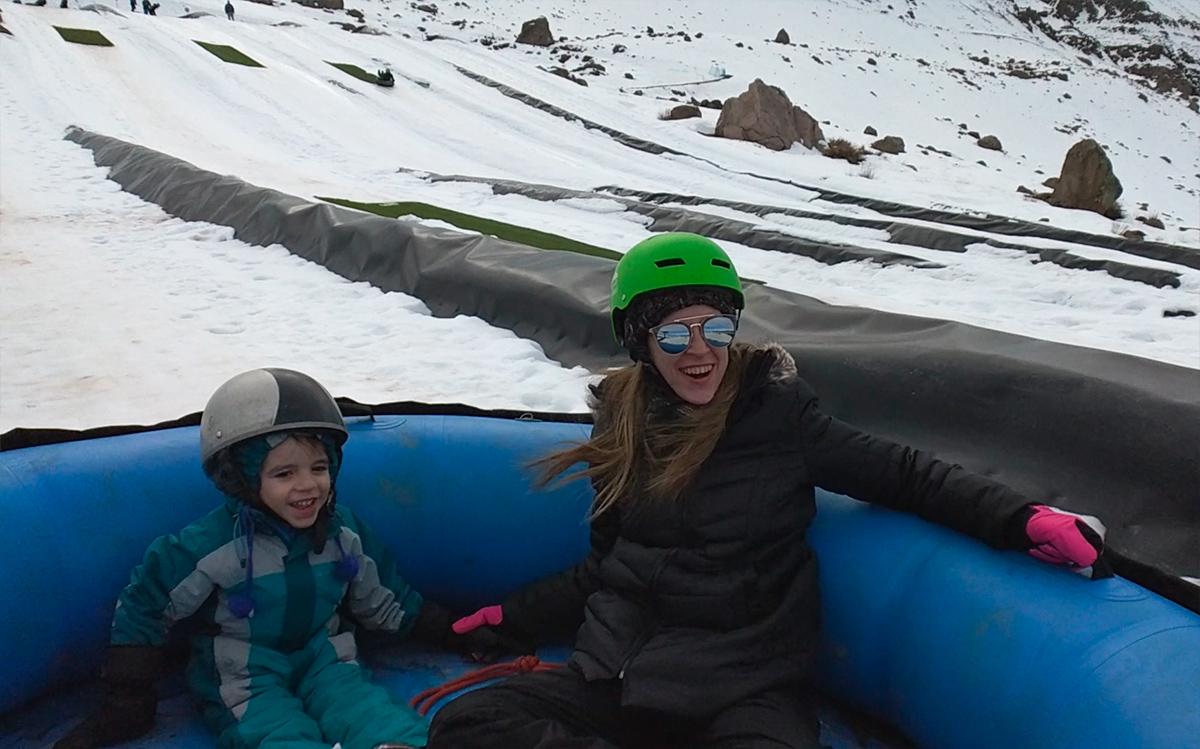 Mãe e filho no tubing em Farellones