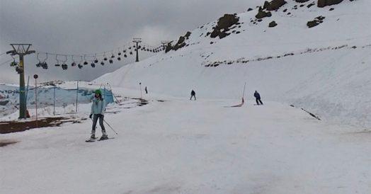 Pessoas esquiando em Farellones