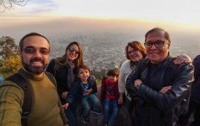 Família em Santiago com crianças no Cero San Cristobal