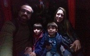 No teleférico de Santiago com crianças à noite