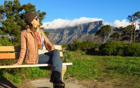 Jaque posando com a Table Mountain ao fundo