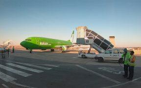 Avião da Kulula chegando no terminal