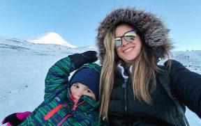 Mãe e filho na neve do vulcão Osorno