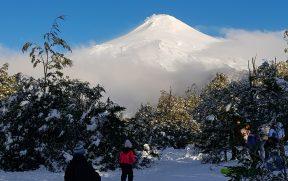 Crianças brincando na neve do vulcão Villarrica