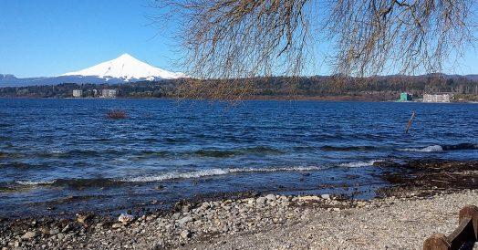 Lago em Villarrica com o vulcão ao fundo
