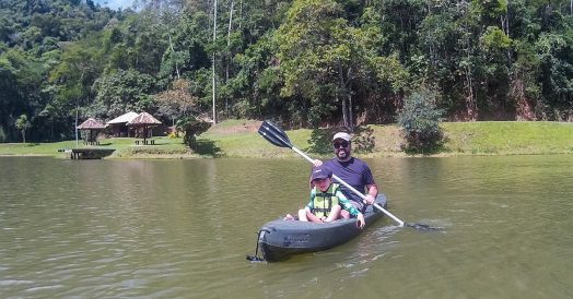 Pai e Filho de caiaque na Fazenda Ribeirão
