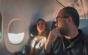 Passageiros atentos ao sistema de som da Kulula
