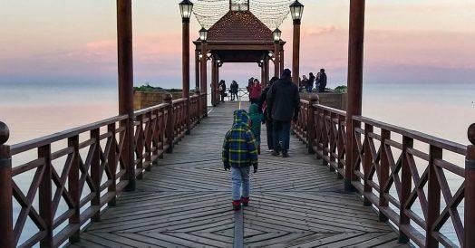 Pessoal no pier de Frutillar no sul do Chile