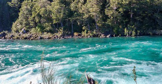 Águas verde esmeralda do Rio Petrohué