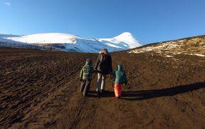 Mãe e filhos subindo à pé o vulcão Osorno
