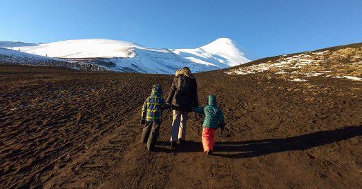 Mãe e filhos subindo o vulcão Osorno