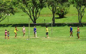 Vôlei na grama durante a recreação