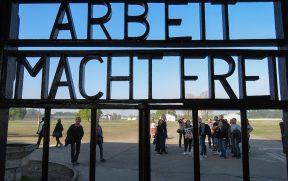 """Inscrição no portão de entrada: """"Arbeit Macht Frei"""""""