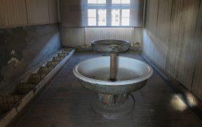 Banheiro dos prisioneiros no centro de concentração nazista