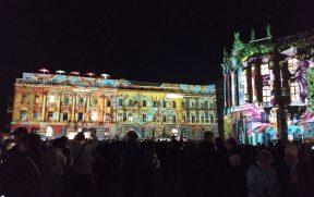 Prédios na Bebelplatz com projeções especiais