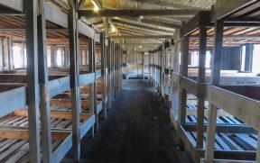 Dormitório de prisioneiros dentro dos barracões em Sachsenhausen