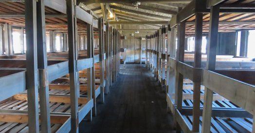 Dormitório dos presos nos barracões em Sachsenhausen