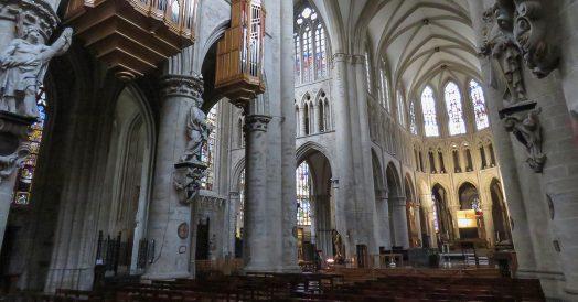 Interior na maior catedral de Bruxelas