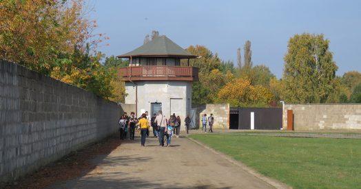 Torres de segurança nas extremidades do campo de concentração