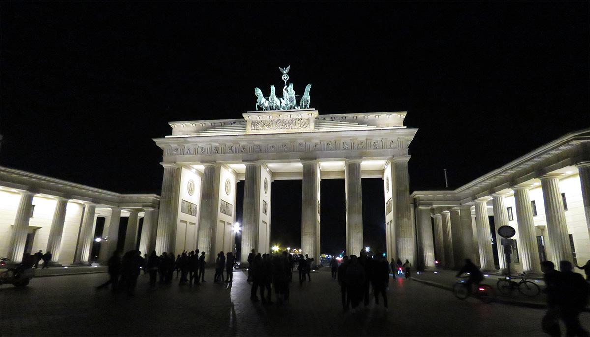Portão de Brandemburgo iluminado à noite