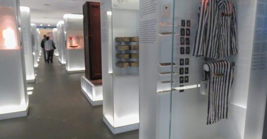 Roupas de prisioneiros e diversos itens em exposição